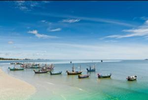 Thailand, strand met speciale rolstoel toegankelijk